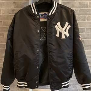 En äkta Yankees varsity jacka från 90 talet 🤩 Sällsynt och mycket bra skick, storlek M och sitter bra på mig som är S/M och 170cm lång 🌟 Den är tillverkad i USA och är så snygg till våren! Fråga gärna om fler bilder, säljer direkt för 1300kr 🙌🏻
