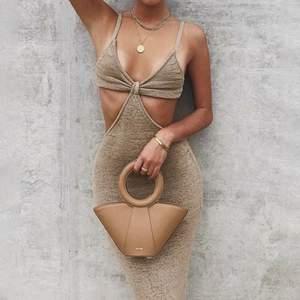 Beige ribbad klänning med öppen rygg, mycket trendig och av bra kvalitet:) Kontakta för fler bilder!
