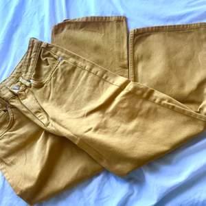 Jätte fina gula jeans men får inte på mig dom längre,dom sitter för tight vid midjan. Annars är dom i bra skick. Kunden betalar frakt men jag kan också mötas i västerås!💕