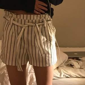 Jättefina shorts ifrån zara💕💕köpta för ca 2 år sen, superfina men kommer inte till användning❤️Använda fåtal gånger så i fint skick💕💕Superfina nu till våren och sommaren💕💕Fraktar för 50 kr annars kan jag mötas på Östermalm i Stockholm❤️❤️❤️