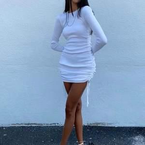 Klänning köpt från Princess Polly - Military Minds Long Sleeve Mini Dress. Aldrig använd, prislapp kvar! Storlek AU 8 vilket motsvarar 36, skulle säga att den passar 34-38 beroende på hur man vill ha den. För referens är jag ca. 176cm och brukar ha strl M. Köptes för 700kr. Frakt tillkommer 🌼