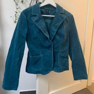 Cool blå sammetskavaj från Lindex. Priset är inklusive frakt, fraktar endast❣️