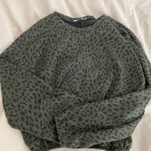 Mörkgrön leopard mönstrad sweatshirt som är croppad med resor längst nere💚 Väldigt skön:)