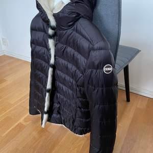 Säljer min vändbara Colmar jacka som inte längre finns att köpa. Köpt för över 2000kr i nypris. Fickor på båda sidorna i så mysigt och varmt material. Står ingen storlek i men jag är normalt en xs ❣️ i väldigt gott skick