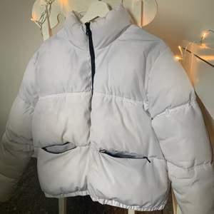Vit pufferjacka från hm i storlek S, endast använd denna vinter