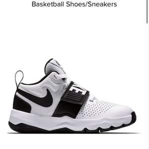 Helt nya basket skor, aldrig använda. Storlek 38,5. NIKE team hustle d8. Köpta för 900kr säljer för 400kr Jätte fina!