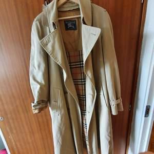 Burberry trenchcoat vintage i beige färg. Avtagbar väst inuti.  Storlek large  / Kappan är I fint skick.