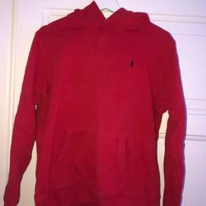 Röd hoodie från Polo Ralph Lauren. Köpt på barnavdelningen därav storleken. Men passar mig som är en S.