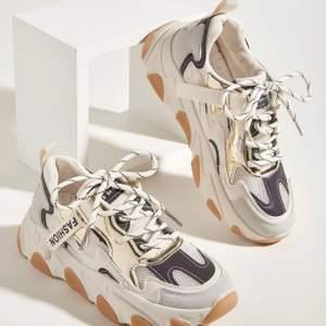 superfina sneakers i beigea färger med snygga detaljer. använda 1 gång. lite tjockare sula än vanligt. storlek 38 🤎 frakt ingår i priset!