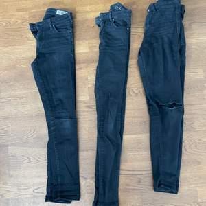 3 par svarta skinnyjeans. Paret längst till höger med hål i knäna. 30/st eller 60kr för alla