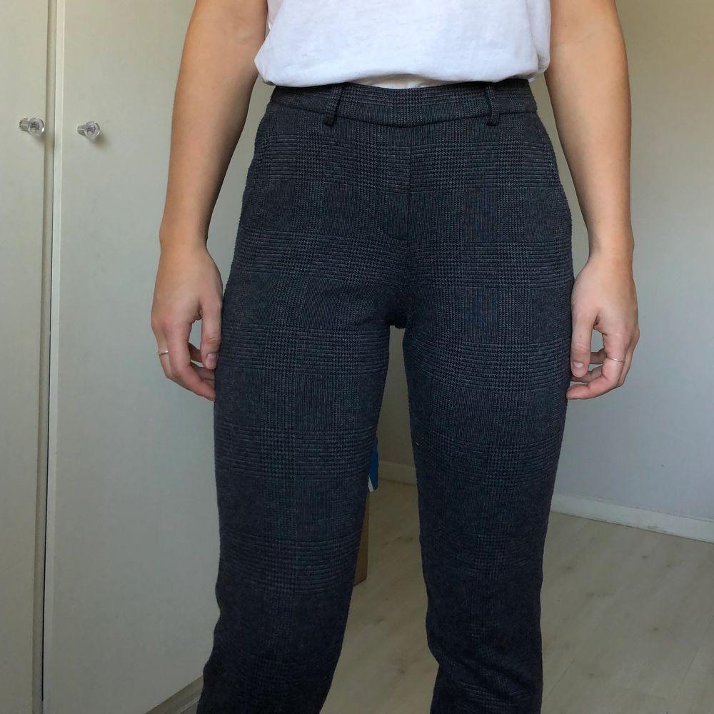 Mjuka mönstrade byxor från Esprit. Stl 34 (passar även 36). Lite som leggings, mid-rise, resår i midjan. Väldigt sköna! Fakefickor. 56% polyester, 27% bomull, 15% viskos, 2% elastan. . Jeans & Byxor.