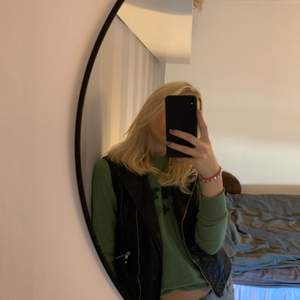 Grön collage tröja i fin grön! Köparen står för frakt!