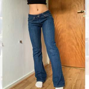 Ett par jeans som är bootcut. Går lite över skorna på mig som är 160cm lång. Passar mig som brukar bära w25, står W27/34L 🧚🏽♂️🍒 budgivning om många är intresserade. Buda med minst 10kr! Bud: 380kr⚡️Avslut: IDAG tisdag 22/3 18:00