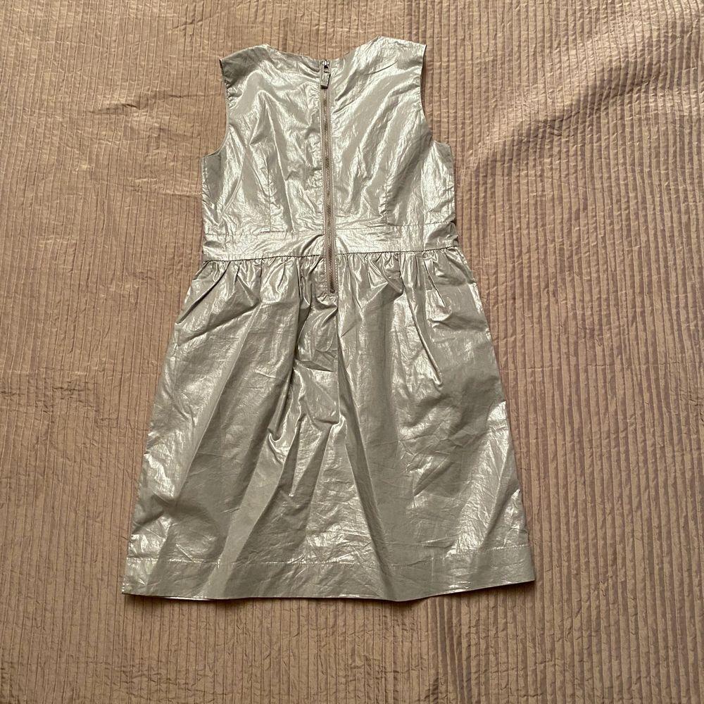 Superfin festlig och silvrig klänning i nyskick! Köparen står för frakt . Klänningar.