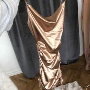 Populär klänning från hm, använd 1 gång. Storlek xs buda från 150