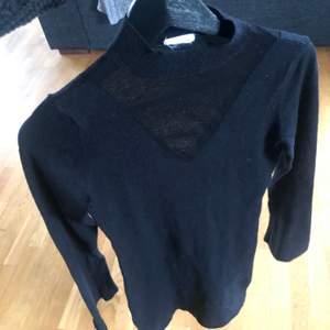 Finstickad klänning ifrån Vila, stl xs. Färg svart. Den går under knäna på mig som är 161cm. Sparsamt använd så är i mkt bra skick.