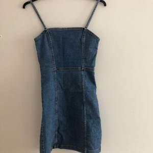 tajt jeans klänning från hm, dragkedja där bak