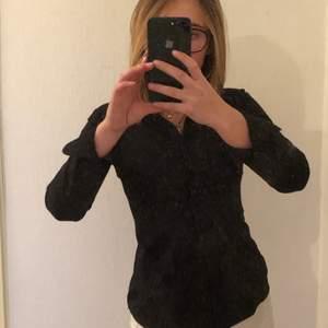 Superfin svart skjorta tyvärr alldeles för tajt över bröstkorgen, nästan aldrig använd. Figursydd så väldigt feminin model