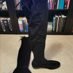 Slip-on boots i svart med ormskinnsmönster, storlek 42, aldrig använda utomhus men provade och någit dammiga i sulan efter att legat längst in i garderoben. 😅 100 kr.