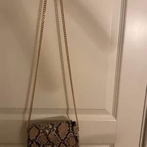En jättesnygg väska från Mango🤩 Väskan är bara använd ett fåtal gånger! Köparen står för frakten❤️