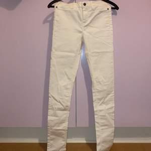 Vita jeans som aldrig är använda bara råkat att jag tagit bort lappen ändå! Men det är i bra skick! Skulle säga att dem passar en 34, säljer för 120 eller buda! Köparen står för frakten
