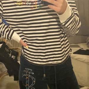 As snygg och cool tröja ifrån Levis! Den e använd 1 gång och sedan har den bara legat och dammar i garderoben