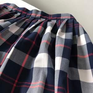 """En superfin """"school girl"""" kjol från Monki i storlek 36 (S). Dragkedja samt knapp i ryggen. Skick 9/10! Frakt på 44kr tillkommer om den ska skickas!"""