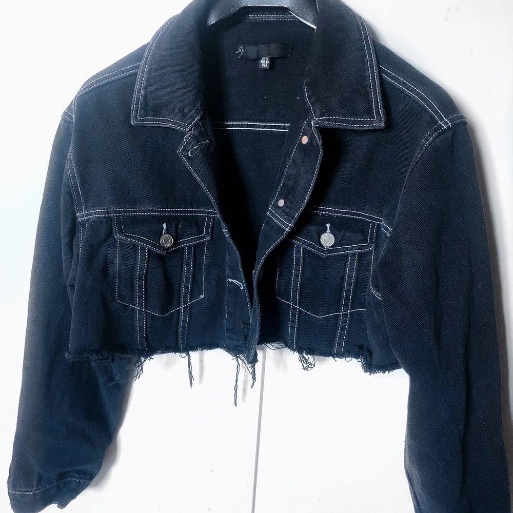 Otroligt snygg och bekväm jeansjacka. En av mina favoritjackor men pågrund av helt annan klädstil, hittar jag inte längre en passade användning. Och vill att nån annan ska få ha denna som sin nya favorit! . Jackor.