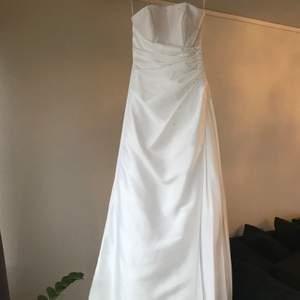 Brudklänning i storlek 36 från minion. Säljes pga inställt bröllop