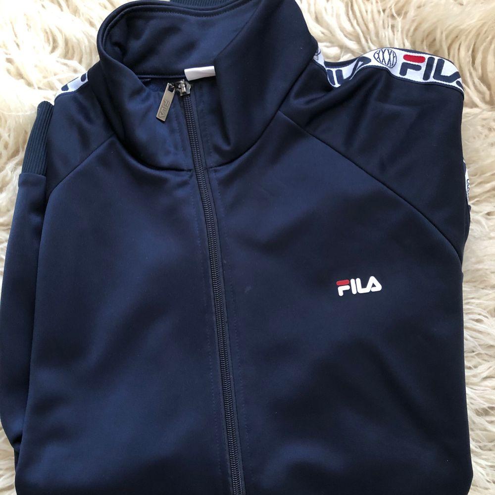Säljer en Fila träningsoveralls jacka. Använd men i bra skick. Storlek L. (men sitter som en lite större Medium)😊 Lite frakt tillkommer! . Huvtröjor & Träningströjor.