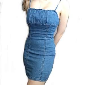 Gör dig redo för sommaren med denna riktigt unika och fina 90-tals klänning. Suuuperfin jeansklänning i skönt material som inte är för tjockt för de heta sommardagarna. Riktigt unik och söt <3. Fråga för fler bilder!