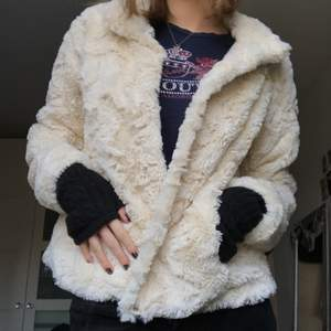 Vit fejk päls jacka. Skit mjukt material. från Vero Moda. Storlek M💞💞💞
