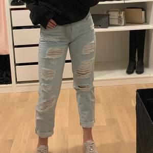 Säljer snygga, somriga boyfriend jeans från H&M i storlek 24. Pris kan diskuteras