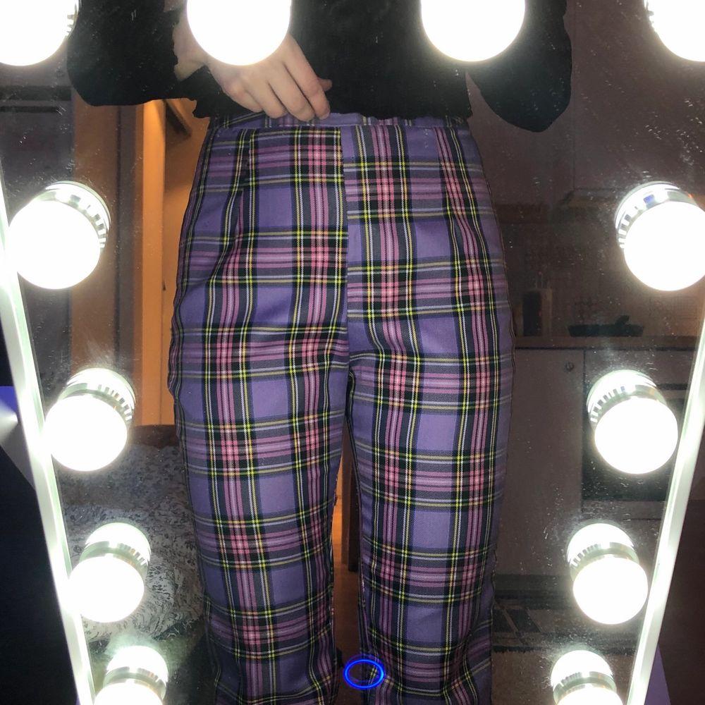 Ett par helt oanvända byxor i storlek xs. Köpte i fel storlek så måste sälja dom. Köpta för 129 kr så säljer dom för 99 kr + frakt. Skriv vid flera frågor✨. Jeans & Byxor.