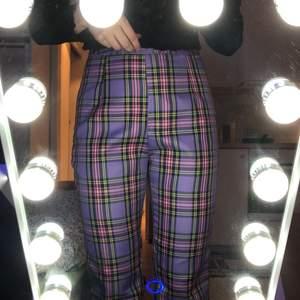 Ett par helt oanvända byxor i storlek xs. Köpte i fel storlek så måste sälja dom. Köpta för 129 kr så säljer dom för 99 kr + frakt. Skriv vid flera frågor✨