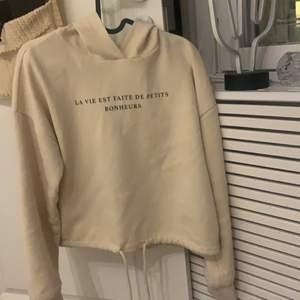 Säljer då jag har alldeles för mycket hoodies, den har ett mjukt och mysigt material på insidan, den är beige och har ett franskt tryck på framsidan, säljer för 70kr + frakt, pris kan diskuteras vid snabb affär💖💖