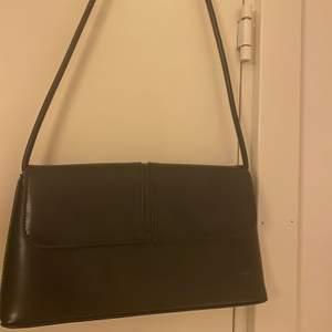 Så snygg väska som passar till allt, säljer för jag redan har massa väskor. Väldigt bra skick! Köparen står för frakten :))
