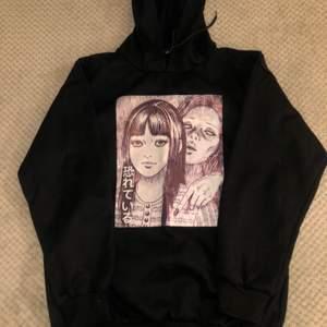 Junji ito-whispering woman print hoodie. Skulle uppskatta att den är ca strl M