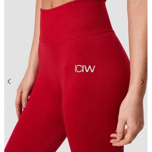 Säljer ett par röda ICIW tajts ❤️ använda 1 gång på gymmet och är superskönt, också med en scrunch i rumpan ❤️