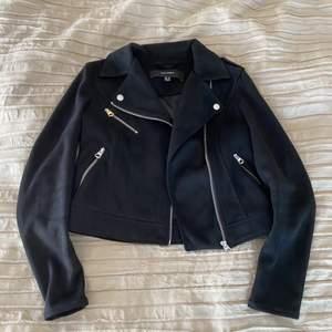 En svart mockajacka från Vero Moda i storlek S. Perfekt till hösten/våren!! Sitter perfekt och väldigt snygg, även om man har en tjockare tröja under. Har använts ett fåtal gånger, säljs för att jag knappt använder den. Köparen står för frakten. Nypris: 800. Säljs för 300+frakt (79 kr)🖤🖤
