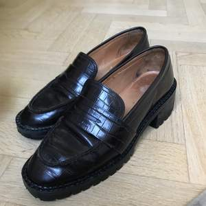 Fina & sparsamt använda loafers från & other stories! Säljer pga fel storlek. Skulle säga att modellen är små i storlek. Köpta för nypris ca. 1200kr. Kan mötas upp i Göteborg eller frakta mot betalning❤️ pris kan diskuteras!