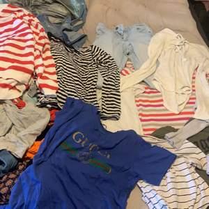 Säljer massor av kläder de bara att höra av sig så skickar ja bild men de massor av kläder ❤️ säljer alla kläder 10 kr st men vi kan komma på ett pris om du tar fler ❤️ allt massor tröjor, shorts och  jeans. Kan mötas kan också skickas, om jag skickar så står ni för frakten❤️olika märken på allt