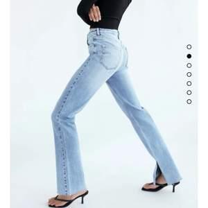 Zara flare jeans med slits där nere! Storlek 32 - långa i benen💕💕