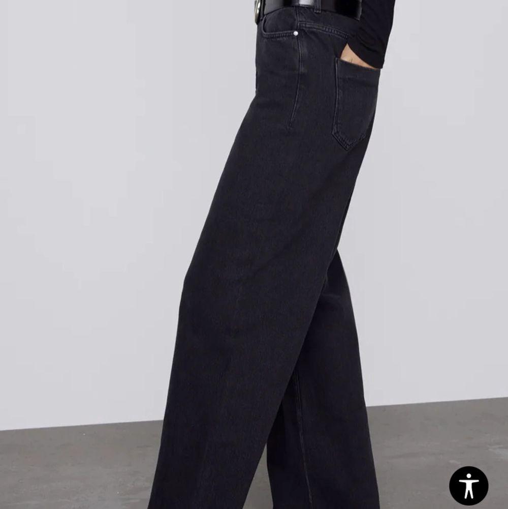 Snyggaste Zara jeansen med vida ben😍 strl 40 o sitter så snyggt oversized och lite lågmidjat på mig som har strl 36/38. Aldrig använda . Jeans & Byxor.