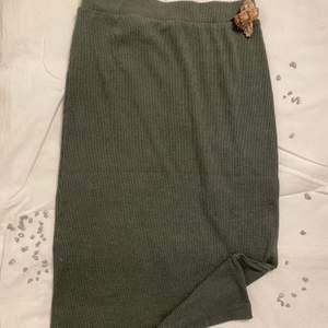Superfin grönaktig kjol i storlek S som är både högmidjad och kommer ner precis ovanför knäna, använt den fåtal gånger Pris 60kr.