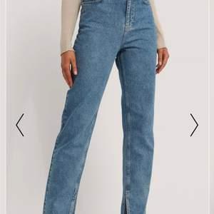 Nästintill oanvända pga för korta för mkg. Jag är 170 lång och jeansen har en slits på insidan på varje ben! Köpare står för frant, kom privat för bättre bilder!