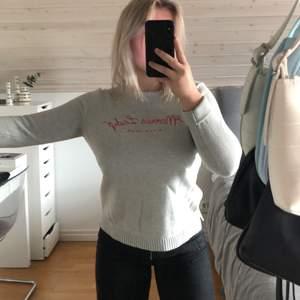Säljer denna gråa stckade morris tröja med fint tryck. Använd ett få antal gånger, mycket fint skick. Storlek S. Nypris 800kr, säljer den för 150kr+ frakt.