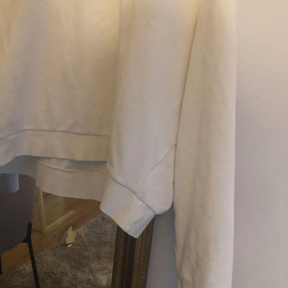 En vit vanlig sweatshirt från weekday. Super bra skick, knappt använd. Frakt tillkommer. Tröjor & Koftor.