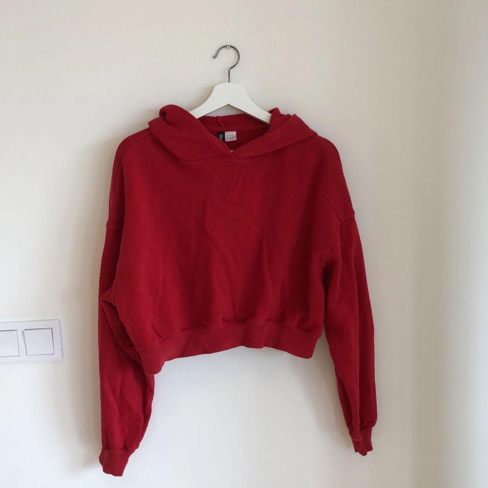Röd croppad hoodie från hm, divided. köpare står för frakt🌷. Tröjor & Koftor.