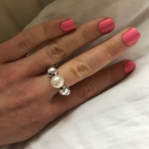 """Ring med """"discokulor"""" och en pärla. Elastiskt så passar alla oavsett finger, kan bäras på vilket finger som helst."""
